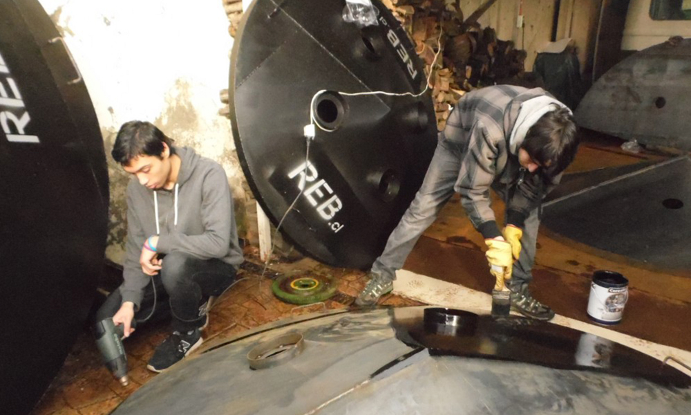 Procesos de pintando sobre tapas de los hornos carboneros (Los hermanos Buchett, socios de la empresa)
